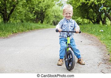 menino, bicicleta, learner, feliz, montando