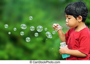 menino, bolhas, tocando