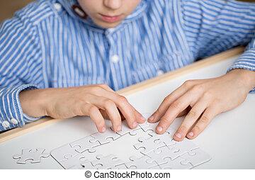 menino, branca, resolvendo, quebra-cabeça