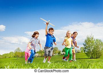 menino, brinquedo, executando, avião pequeno, amigos