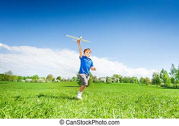 menino, brinquedo, executando, segurando, durante, avião, feliz