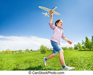 menino, brinquedo, executando, segurando, durante, avião