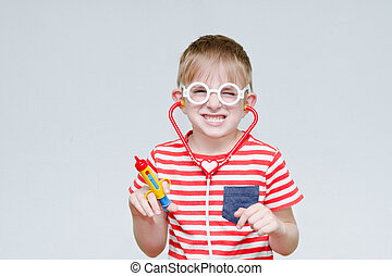 menino, brinquedo, phonendoscope., doutor., maldoso, siringa, retrato, tocando, óculos