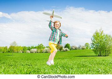 menino, brinquedo, prado, executando, segurando, avião pequeno