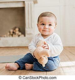 Menino, brinquedo, sentando, pelúcia, chão, urso, bebê, sorrindo