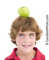 menino, cabeça, seu, maçã, jovem, sorrindo