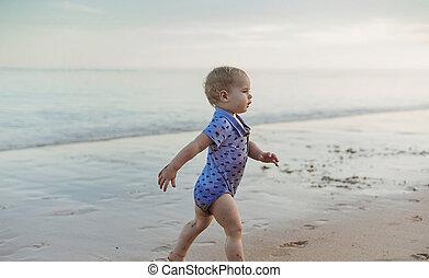 menino, caminhando, a, litoral