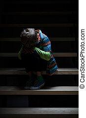 Menino, chorando, escadaria, sentando