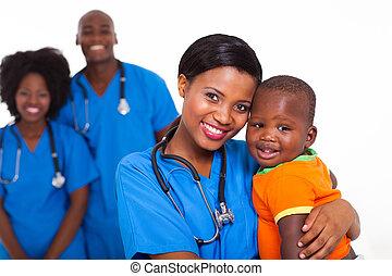 menino, colegas trabalho, pretas, pediatra, fundo, bebê