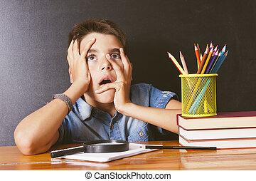 menino, com, aborrecido, expressão, em, escola