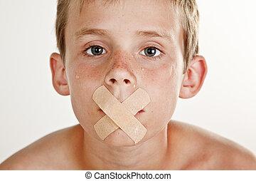 menino, com, bandage adesivo, através, seu, boca