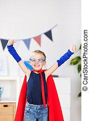 menino, com, braços levantaram, em, herói super, traje, casa