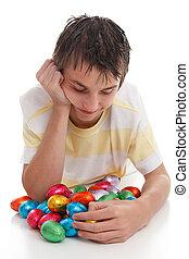 menino, com, lotes, de, ovos páscoa