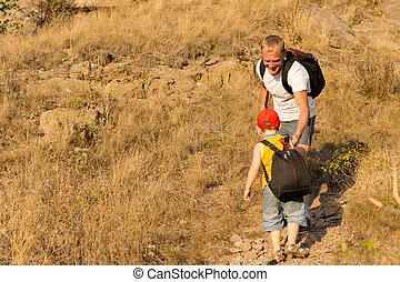 menino, com, um, mochila, escalando, um, montanha