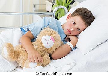 menino, com, urso teddy, em, hospitalar
