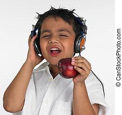 menino, comendo maçã, &, escutar música