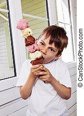 menino, comer, gelo, cone, alto, creme