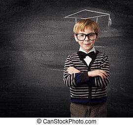 menino criança, óculos, escola, criança, em, giz, chapéu, quadro-negro, educação