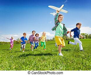 menino, crianças, executando, brinquedo, segurando, ativo, avião