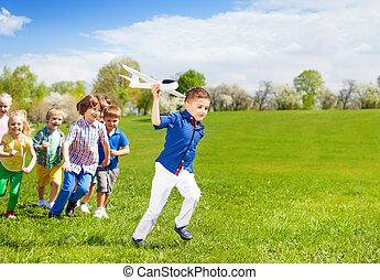 menino, crianças, executando, brinquedo, segurando, branca, avião