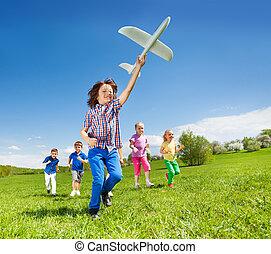 menino, crianças, positivo, executando, brinquedo, segurando, avião