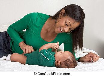 menino, dela, étnico, cama, filho, mãe, bebê, tocando