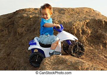 menino, dirigindo, brinquedo, quad, ligado, terreno