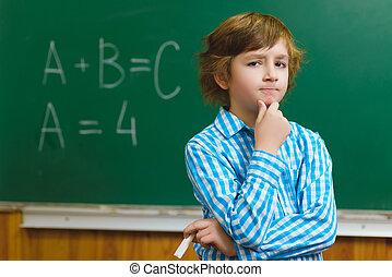 menino, educacional, conceito, pensando, quadro-negro, escola, fundo