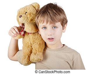 menino, em, a, bege, t-shirt, com, bear-toy, sentando, ligado, seu, shoulder.