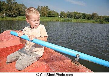 menino, em, a, bote, com, a, remo
