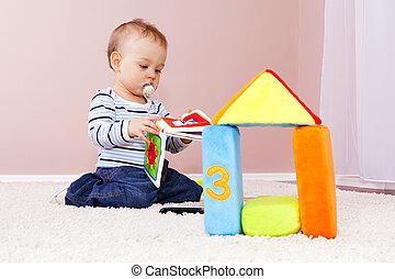 menino, em, a, sala, tocando, happily.