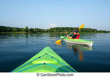 menino, em, colete salva-vidas, ligado, verde, kayak