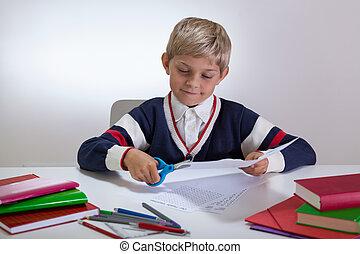 menino, escrivaninha, tesouras, usando
