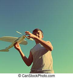 menino, estilo, vindima, -, executando, asiático, avião modelo, retro