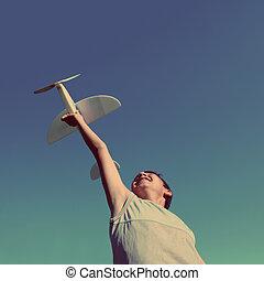 menino, estilo, vindima, -, executando, retro, avião modelo