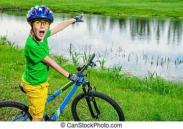 menino excitado, ciclista