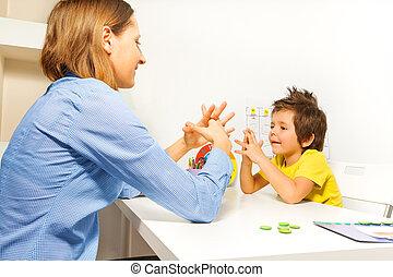 menino, exercícios, pôr, dedos, com, terapeuta
