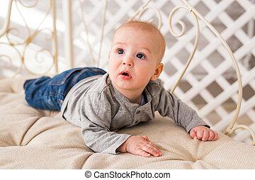 menino, família, adorável, ensolarado, relaxing., manhã, recem nascido, bedroom., criança, bebê, branca, home.