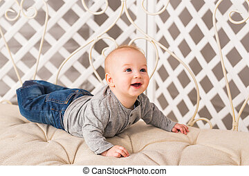 menino, família, adorável, ensolarado, relaxing., manhã, recem nascido, rir, bedroom., criança, bebê, branca, home.