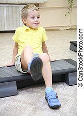 menino, faz, exercício, sentando