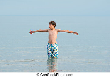 menino, ficar, em, um, lago