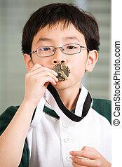 menino, ganhar, medalha, beijando