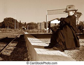 menino, grande, esperando, treine estação, roupas