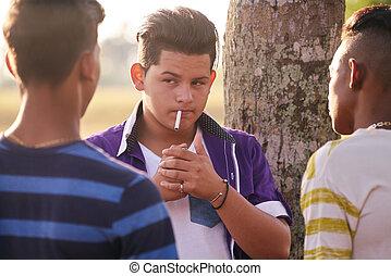 menino, grupo, cigarro fuma, adolescentes, amigos