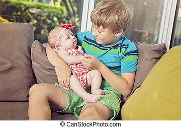 menino, irmã, seu, dormir, recem nascido, rir, prendendo bebê, feliz