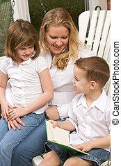menino, irmã, seu, jovem, lê, mãe