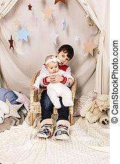 menino, irmã, seu, recem nascido, prendendo bebê