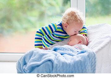 menino, irmão pequeno, bebê recém-nascido, beijando