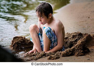 menino, jogar areia