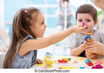 menino, jogo, crianças, centro, creche, menina, crianças